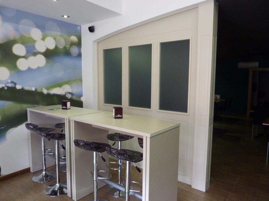 Fusteria de castellv separador y mesas altas para bar for Mueble a medida